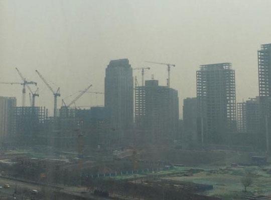 중국 최대 정치 행사 양회(?會) 기간에 가동을 멈췄던 오염물 배출 공장이 16일 재(再)가동하면서 베이징 등 수도권에 또다시 스모그가 덮쳤다.