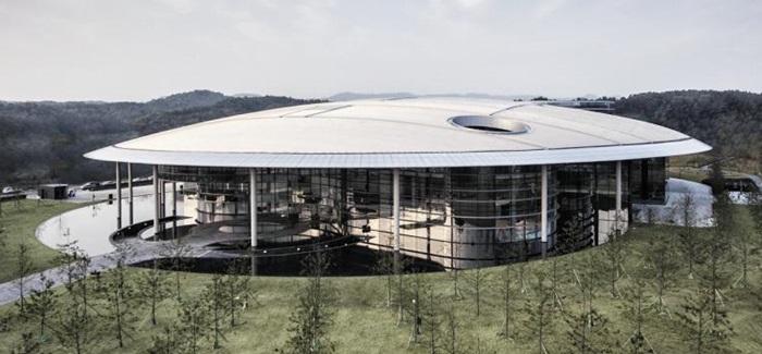 대전 대덕연구단지에 위치한 한국타이어 테크노돔(Technodome) 전경. 지하 2층, 지상 4층 규모인 연구동과 지상 7층, 지하 1층 규모의 레지던스 건물로 구성된 테크노돔은 한국타이어의 혁신적 신기술 개발의 메카이다.