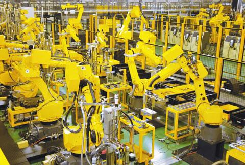 거대한 공간에 끝없이 펼쳐진 로봇들이 주문받은 로봇을 스스로 만들고 있었다. 후지산 기슭에 위치한 화낙의 로봇 조립 공장을 방문했을 때의 광경이었다. 미래에 발달된 인공지능을 가진 로봇이 자기 복제에 나선다면 이런 풍경이 아닐까 싶었다. 어느 쪽이 조립하는 로봇이고 조립되는 로봇인지 알기 어려웠다. 사진은 화낙의 제조 로봇이 로봇을 만들고 있는 장면이다.