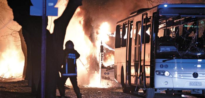 지난해 2월 터키 수도 앙카라에서 일어난 폭탄 테러로 버스가 불타고 있다. 한병철 교수는 지구상에서 끊임없이 일어나는 테러에 대해 '세상을 동일한 모습으로 만들려는 세계화에 대한 반작용'이라고 본다.