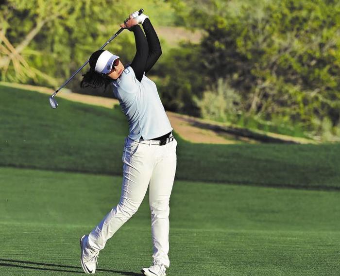 """전인지가 17일 LPGA 투어 파운더스컵 1라운드 18번홀에서 아이언샷 하는 모습. 지난해 LPGA투어 신인상과 최저타수상을 수상했던 전인지는 이날 """"그동안 찾지 못하던 감을 찾았다""""고 말했다."""