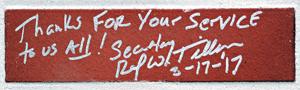 """렉스 틸러슨 미 국무장관은 비무장지대(DMZ) 캠프 보니파스 식당 벽돌에 """"Thanks for your service to us all!(우리 모두를 위한 여러분의 복무에 감사합니다)""""이라는 메시지를 남겼다."""