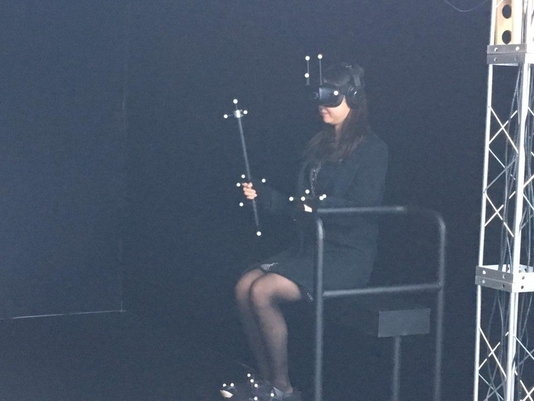 한 관람객이  'VR 웍스루'를 통해 성화 봉송 가상체험을 하고 있는 모습. / 심민관 기자