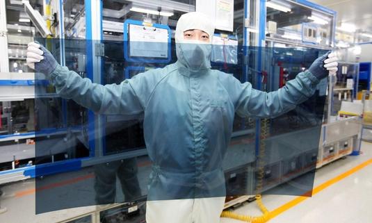 경기도 파주 LG디스플레이 공장에서 연구원들이 나노셀 TV에 적용되는 편광판을 살펴보고 있다. / LG전자 제공