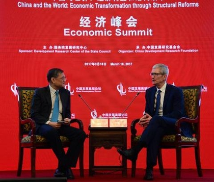 팀 쿡 애플 CEO(오른쪽)가 18일 베이징에서 열린 포럼에 참가 첸잉이 칭화대 경제학원장과 대담을 하고 있다. /신랑망