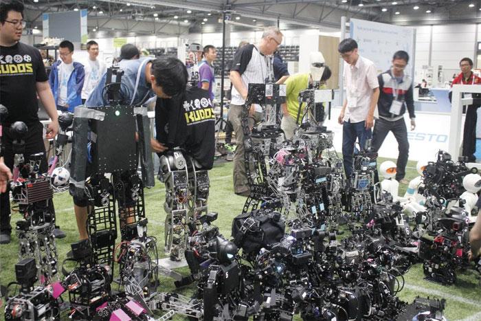 국민대는 로봇·무인자동차 등 미래 핵심 산업 분야의 교육과 연구에 박차를 가하고 있다.