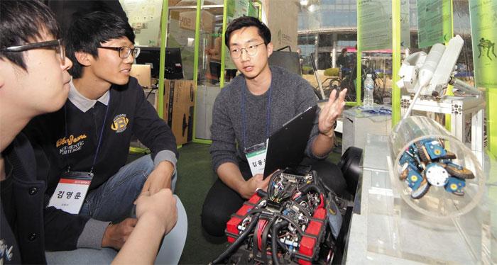 성균관대 공과대학 50주년 행사에서 재학생이 지능형로봇을 설명하고 있다.