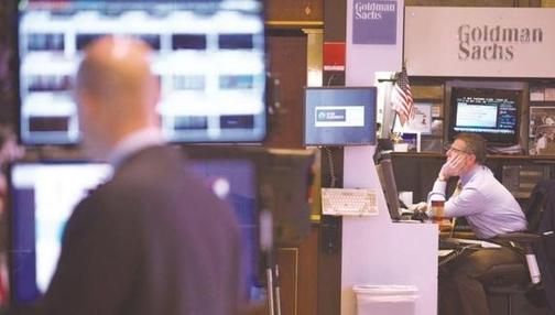 미국 뉴욕증권거래소에 있는 골드만삭스 전용 부스에서 트레이더가 모니터를 보고 있다./블룸버그 제공