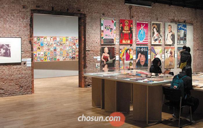 지난 7일 도쿄 스테이션 갤러리에서'패러디, 이중의 소리'전을 관람하는 이용객들.