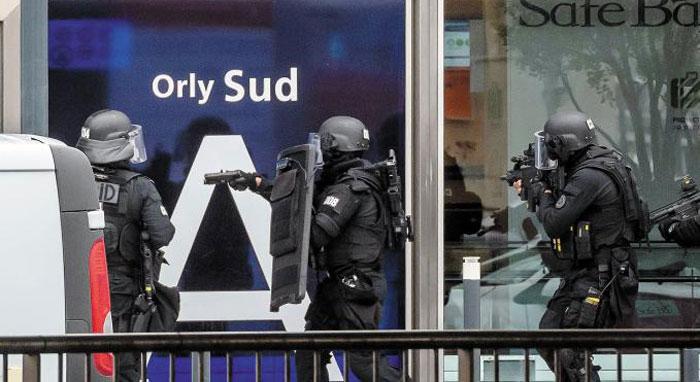 18일(현지 시각) 프랑스 파리 남부의 오를리 공항 내부로 완전 무장한 경찰 특공대가 진입하고 있다.