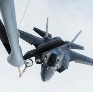 주일 미군에 배치된 F-35B 전투기가 지난 14일 태평양 상공에서 공중급유기로부터 공중 급유를 받고 있다.