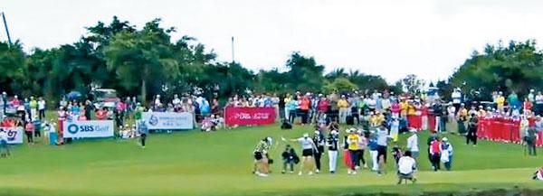 19일 중국 하이난 하이커우 미션힐스 골프장에서 열린 SGF67 월드 레이디스 챔피언십 우승을 확정한 김해림이 물세례를 맞는 모습.