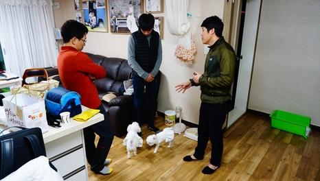 지난 10일 저녁 전라남도 목포시에 있는 김창성(사진 왼쪽)씨 집에서 박보연(사진 오른쪽) 반려동물행동교정사가 김씨의 반려견 사랑이의 분리불안증세의 원인에 대해 설명하고 있다. /사진=전성필 기자.