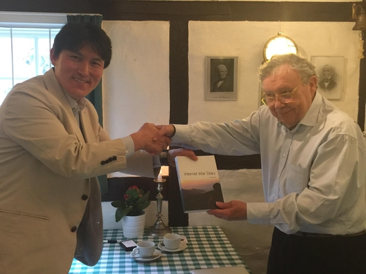 이판정 대표(왼쪽)과 미래학자 롤프 옌센(오른쪽)이 악수를 나누고있다. / 넷피아 제공.
