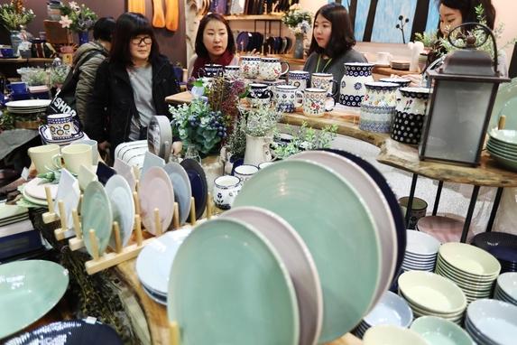 서울 강남구 코엑스에서 열린 서울리빙디자인페어에서 관람객들이 전시된 상품을 살펴보고 있다. /연합뉴스 제공
