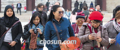 20일 오후 경복궁을 관람한 인도네시아 관광객들이 카메라와 스마트폰으로 촬영한 사진을 보며 웃고 있다.