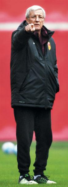 러시아월드컵 아시아 최종예선 2차 한·중전을 앞둔 마르첼로 리피 중국 축구 대표팀 감독이 18일 중국 창사 훈련 도중 손가락으로 선수들에게 작전을 지시하는 모습.