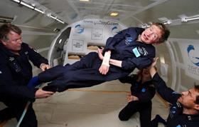 2007년 미국 케네디우주센터에서 무중력 체험을 하고 있는 스티븐 호킹 교수.