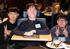 20일 열린 '제 11회 EBS 꿈 장학생' 시상식 수상자들. 왼쪽부터 최우수상 박형철군, 대상 오성환씨, 최우수상 채수환군.