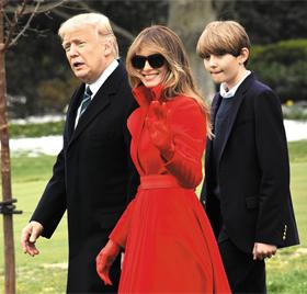 멜라니아, 6월에 아들과 백악관 이사 - 지난 17일(현지 시각) 도널드 트럼프(왼쪽) 미국 대통령이 부인 멜라니아(가운데), 막내아들 배런과 함께 백악관 잔디밭을 걷고 있다. 멜라니아는 배런이 오는 6월 4학년을 마치는 대로 뉴욕에서 워싱턴DC 백악관으로 거처를 옮길 예정이라고 의회전문지 더힐이 19일 보도했다.