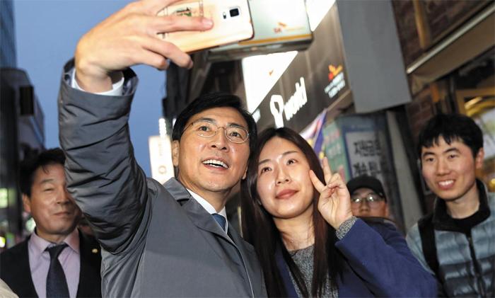 안희정, 충장로서 찰칵 - 더불어민주당 안희정 후보가 19일 광주광역시 충장로에서 시민들과 사진을 찍고 있다.
