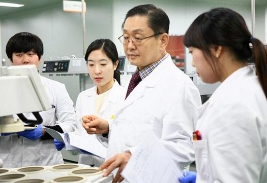 강덕영(오른쪽에서 두 번째) 유나이티드제약 대표가 연구소를 방문해 시설을 둘러보고 있는 모습 / 유나이티드제약 제공