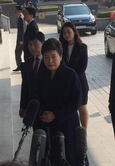 박근혜 전 대통령이 21일 오전 9시 24분쯤 서울중앙지검에 출석하고 있다./정준영 기자