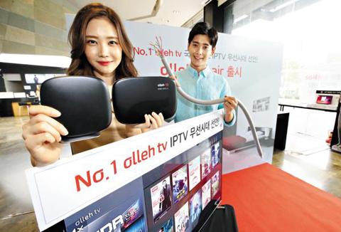 KT가 지난해 8월 인터넷TV 가입자의 불편을 없애고자 출시한 무선 셋톱박스 '올레tv 에어'. 기존 셋톱박스는 유선으로 인터넷 모뎀과 연결해야 하지만, 이 제품은 무선이라 배선 작업이 필요 없다. /KT 제공