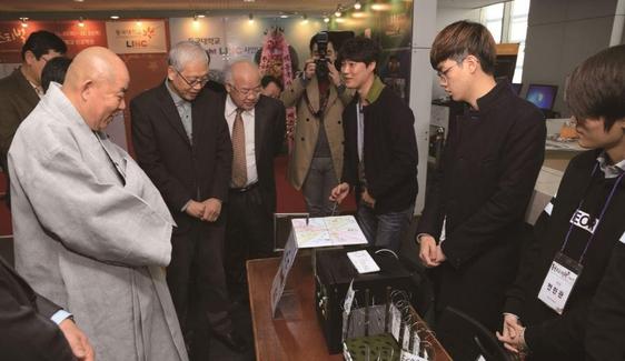한태식 동국대 총장이 산학협력 페스티벌에 참가한 학생들의 아이디어 상품을 둘러보고 있다./사진=동국대