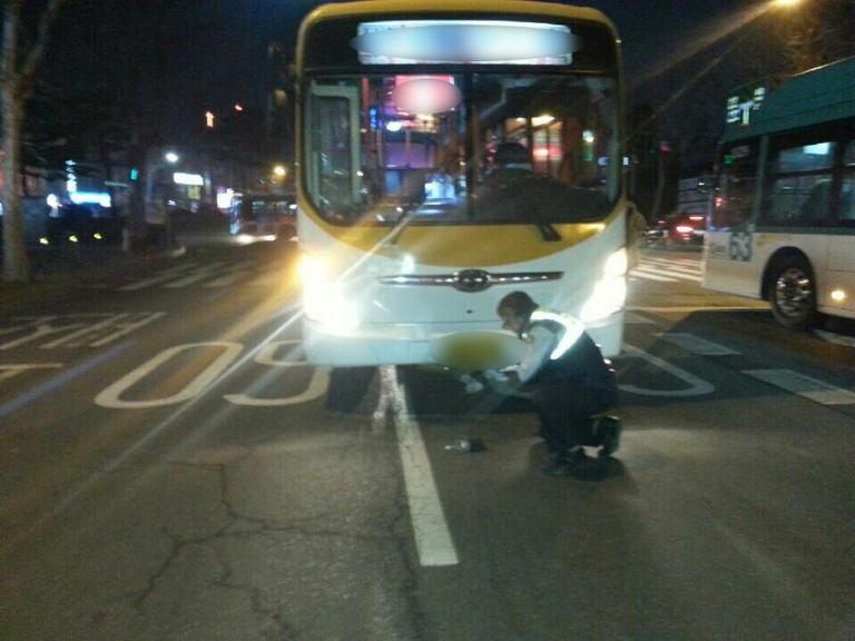 20대 남성 버스에 부딪쳐 깔리자 시민들 재빨리 구조