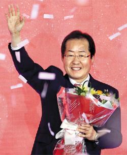 자유한국당이 31일 오후 서울 중구 장충체육관에서 진행한 전당대회에서 홍준표 후보를 제19대 대통령 선거 후보로 선출했다.