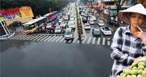 최근 사드 배치에 따른 중국의 경제 보복이 심화되면서 많은 국내 기업들이 베트남을 비롯한 동남아 시장 진출 확대로 새로운 기회를 모색하고 있다. 사진은 베트남 하노이 도심에서 한 과일 행상 뒤로 신호 대기 중인 차량들/블룸버그