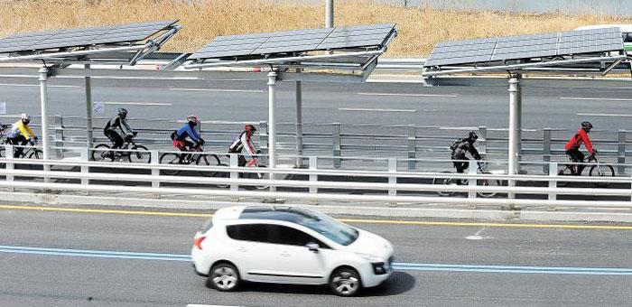 자전거도로 위에 태양광 발전 시설