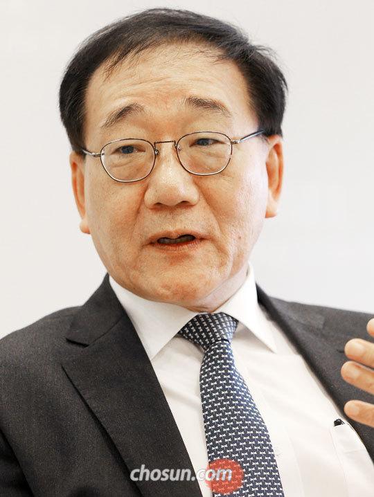 """김용학 연세대학교 총장은 본지 인터뷰에서""""대학 입시를 개편해 중·고교 교육을 바꾸겠다""""고 말했다."""
