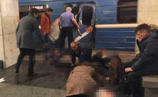 3일 오후 2시 30분(현지 시각) 러시아의 제2도시 상트페테르부르크 지하철 객차 안에서 일어난 폭발로 부상을 입은 승객들이 테흐놀로기체스키 인스티투트 역사(驛舍) 바닥에 쓰러져 있다.