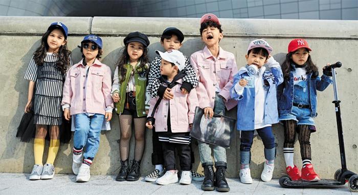어른들 못지않게 멋지게 차려입은 아이들이 서울패션위크에 등장했다. 2017 가을·겨울 서울패션위크 기간인 지난달 29일 행사장인 동대문 DDP에서 아이들을 촬영한 화보 사진. 아동복 브랜드 MLB키즈가 전문 모델이 아닌 일반 아동 중에서 선발했다.