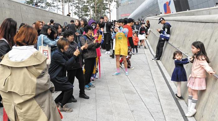 2017 가을·겨울 서울패션위크가 열린 동대문 DDP에서 방문객들이 멋지게 차려입은 어린이들을 카메라에 담고 있다.