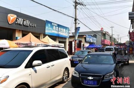 중국이 선전과 상하이 푸둥에 버금가는 국가급 신구로 개발하겠다고 발표한 슝안신구에 투기열풍이 불면서 외지인들의 차량이 꼬리를 물고 있다. /중국신문망