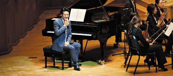 """무대에 피아노를 두고 핵심 선율을 손수 연주해주며 설명하자는 아이디어는 조재혁이 냈다. """"피아노는 색깔이 없는 악기라 모든 악기 소리를 흉내 낼 수 있어요. 백문이 불여일견! 시연해서 들려드리는 게 제일 빠르죠."""""""