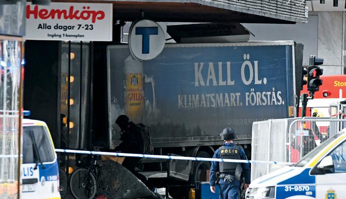 테러 도구된 트럭 - 7일(현지 시각) 트럭 한 대가 스웨덴 스톡홀름 번화가의 아흘렌스 백화점으로 돌진해 들이받은 모습. 이 트럭은 이날 오전 탈취된 것으로 알려졌다.