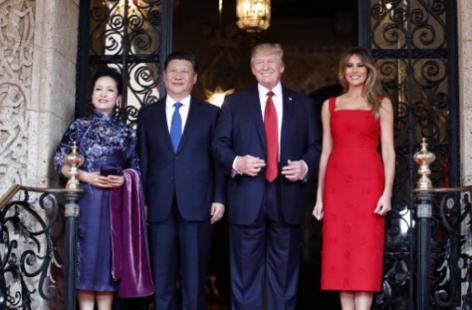 도널드 트럼프 대통령 부부(오른쪽)가 시진핑 중국 국가주석 부부와 6일 플로리다주 마라라고 리조트 만찬장 입구에서 기념촬영를 하고 있다. /중국 외교부