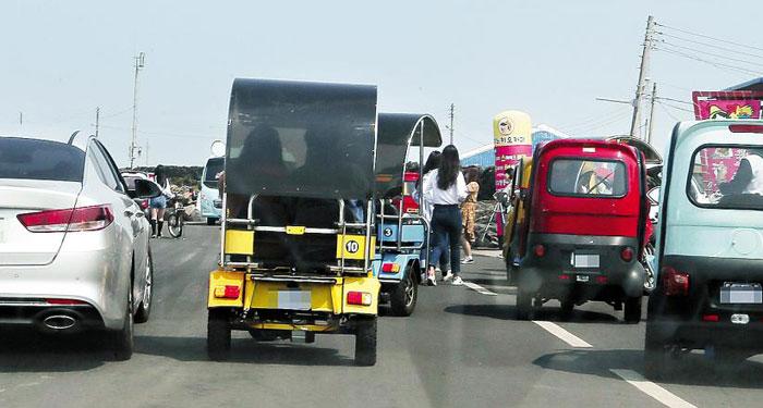 일요일이었던 지난 2일 제주시 우도의 좁은 도로는 렌터카와 삼륜차, 자전거, 보행자 등이 엉켜 혼잡했다.