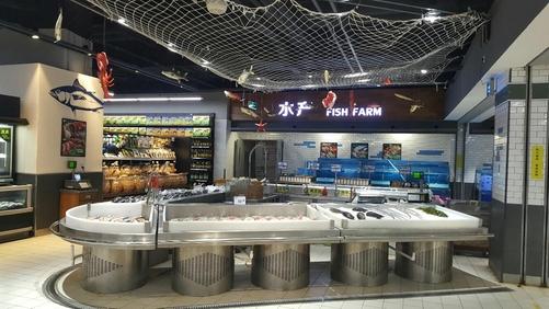 9일 롯데마트 베이징 왕징점 수산물 코너에 중국 입점업체 직원이 한명도 보이지 않는다. 뒷편의 어항은 비어있다. /조선비즈