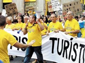 """스페인 바르셀로나 도심에서 시민들이 """"바르셀로나 시내를 돌려달라""""면서 관광객에 반대하는 시위를 벌이고 있다."""