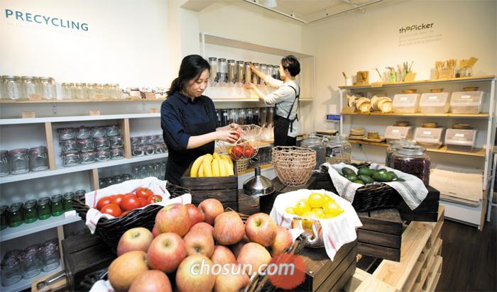 서울 성수동 '더피커'는 과일과 채소를 비닐랩으로 포장하지 않고 바구니에 쌓아둔다. 비닐봉지도 주지 않는다. 손님은 직접 챙겨온 장바구니나 에코백에 담아가야 한다. 포장재 사용을 최소화해 포장 쓰레기가 나오지 않도록 하는 '프리사이클'을 표방하는 매장이다.
