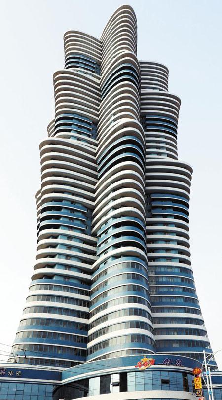 눈길 끄는 고층 빌딩 북한 평양의'미래 과학자거리'에 있는 고층 건물의 모습.