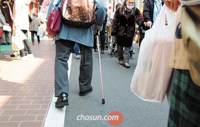 4일 도쿄 도시마구(豊島?) 스가모(巢鴨) 거리를 찾은 노인들이 걷고 있다. 이 거리는 차도와 인도 사이에 턱이 없어 다리가 불편한 노인들도 편하게 다닐 수 있다.