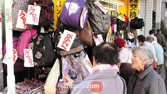 스가모 거리 상점들은 시력이 낮은 노인 고객들을 위해 가격표를 일반 상점들보다 1.5~2배 크게 써붙인다.