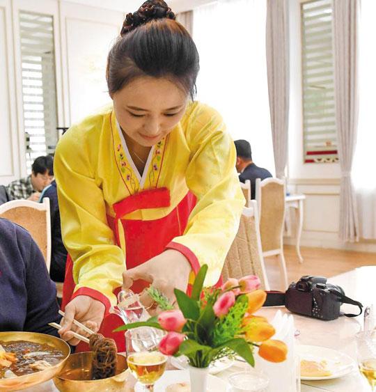 북한 최고의 평양냉면 전문점인 옥류관. 봉사원으로 부르는 직원이 평양식으로 냉면 먹는법을 설명했다.