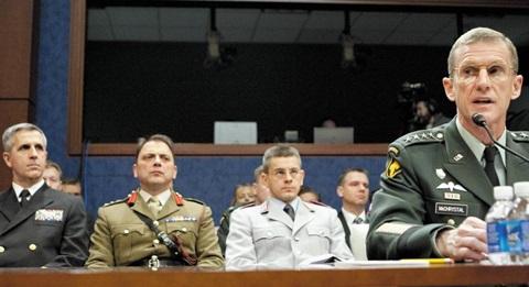 2003년 말부터 2008년까지 미군의 알카에다 진압을 지휘했던 특수전 전문가 스탠리 매크리스털(맨 오른쪽)은 중앙집권적이던 조직을 변화에 민첩하게 대응할 수 있는 네트워크 형태로 혁신해 임무를 완수했다.